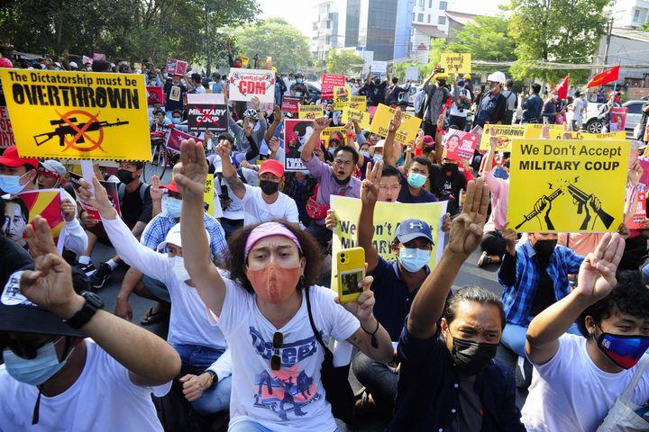 Des manifestants protestent contre le coup d'Etat à Rangoun (Birmanie), le 15 février 2021. (ANADOLU AGENCY)