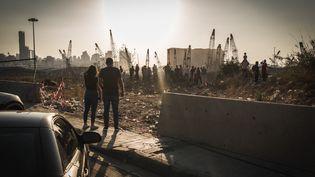 Des Libanais observent les décombres des explosions à Beyrouth (Liban), le 13 août 2020. (THOMAS DEVENYI / HANS LUCAS / AFP)
