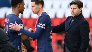 Abdou Diallo (à gauche) est remplacé par Julian Draxler, sous les yeux de l'entraîneur du PSG Mauricio Pochettino, le 3 avril, contre Lille au Parc des Princes. (FRANCK FIFE / AFP)