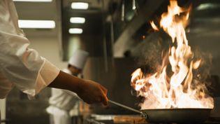 """Cinq des Meilleurs ouvriers de France signent un manifeste pour """"lever l'omerta"""" sur les violences dans les cuisines des restaurants. (DANA NEELY / BRAND X / GETTY IMAGES)"""