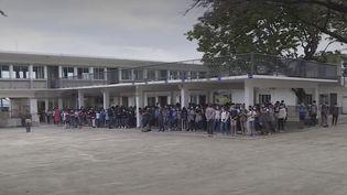 Les élèves réunionnais ont rendu hommage à Samuel Paty, l'enseignant assassiné le 16 octobre, lors de leur rentrée scolaire lundi 26 octobre. (France 3)