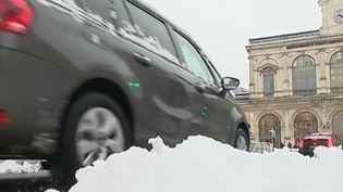 Dans les Hauts-de-France, la neige a perturbé le trafic et les transports en commun, mercredi 23 janvier. (FRANCE 3)