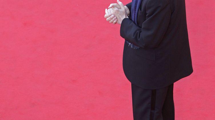 Le président du festival de Cannes, Gilles Jacob, sur le tapis rouge devant le palais des festivals, le 17 mai 2012. (VINCENT KESSLER / AFP)