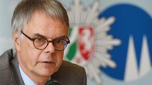 Le chef de la police de Cologne (Allemagne), Wolfgang Albers, durant une conférence de presse, le 23 juin 2015. (HENNING KAISER / DPA / AFP)