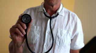Un stéthoscope tenu par un médecin. (MAXPPP)