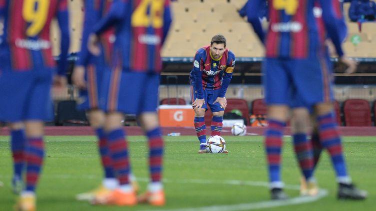 Le destin de Lionel Messi, ici face à l'Athletic Bilbao le 17 janvier 2021, restera-t-il lié jusqu'au bout à celui du FC Barcelone ? (CRISTINA QUICLER / AFP)