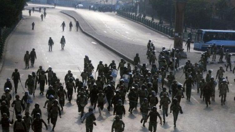 Des hommes des forces de sécurité chargeant des manifestants au Caire (17-12-2011) (AFP - MOHAMMED HOSSAM )