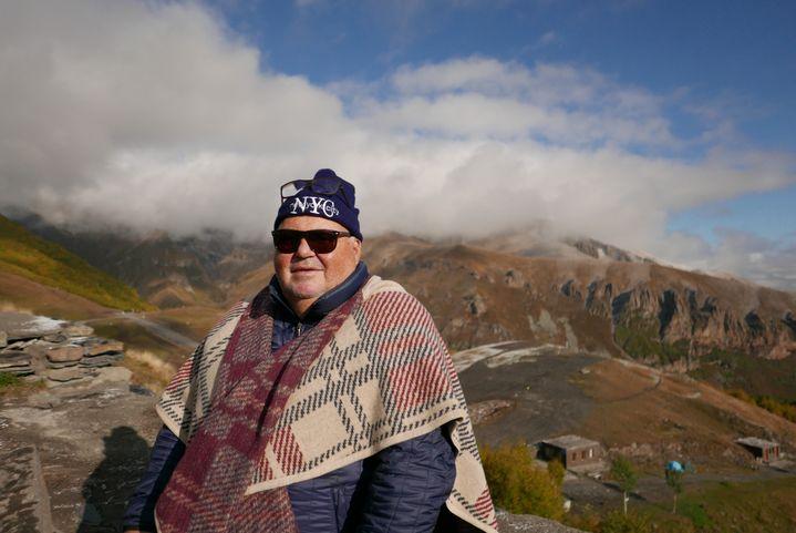 """Michel Salaün, le directeur du tour-opérateur français Pouchkine Tours,au pied duMont Kazbek, l'un des plus hauts sommets du Caucase. Il culmine à 5 047 mètres d'altitude. """"La Géorgie vaut à elle seule le voyage», dit-il. (Photo Emmanuel Langlois)"""