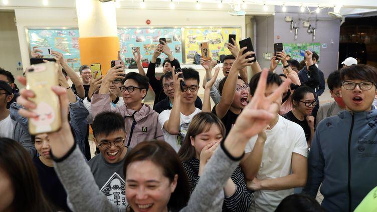 Des électeurs prodémocratie célèbrent la victoire de leur camp aux élections locales d'Hong Kong, le 24 novembre 2019. (EYEPRESS NEWS / AFP)