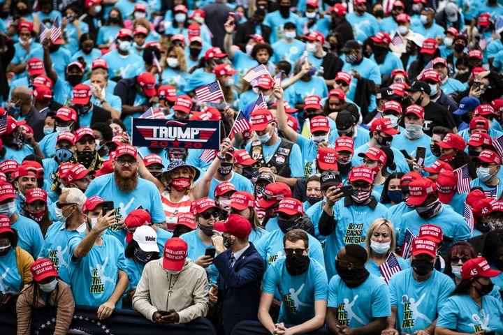 Des partisans de Donald Trump attendent son discours depuis la pelouse de la Maison Blanche, le 10 octobre 2020 à Washington (Etats-Unis). (SAMUEL CORUM / GETTY IMAGES NORTH AMERICA / AFP)