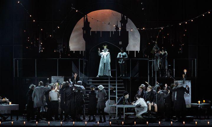 """""""Fantasio"""" au Théâtre du Châtelet : le roi de Bavière face à ses sujets.  (Pierre Grosbois)"""