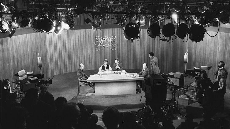 Débat télévisé entre Valéry Giscard d'Estaing (à gauche sur l'image) et François Mitterrand (à droite sur l'image), candidats au second tour de l'élection présidentielle de 1974, le 10 mai 1974. (AFP POOL)