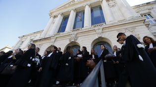Des avocats manifestent devant le tribunal de Nice, mercredi 21 octobre. (VALERY HACHE / AFP)