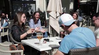 L'Espagne a durci ses conditions d'entrée en raison de l'épidémie de Covid-19. Un test sera obligatoire dès mardi 30 mars pour passer la frontière franco-espagnole en voiture. Les Français sont d'ailleurs très nombreux à profiter des restaurants espagnols toujours ouverts. (France 3)