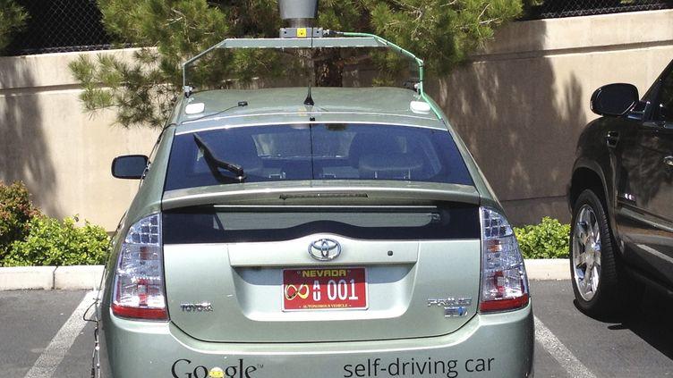 La preière voiture de Google qui se conduit seule a été immatriculée dans le Nevada. Sa plaque porte le symbole de l'infini et 001. (REUTERS)