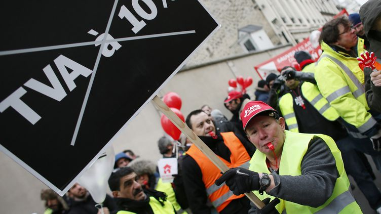 Ouvriers du bâtiment manifestant devant l'assemblée nationale à Paris le 18 janvier 2013; (KENZO TRIBOUILLARD / AFP)