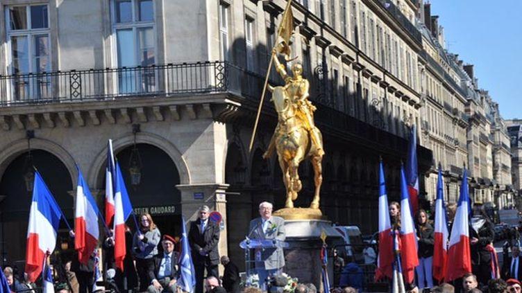 (Jean-Marie Le Pen au pied de la statue de Jeanne d'Arc © RF/ Nathanaël Charbonnier)