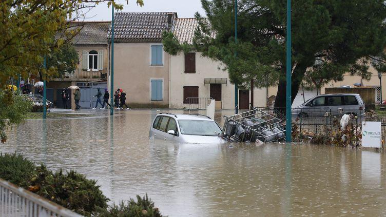 Une rue inondée dans la commune du Muy, dans le Var, le 24 novembre 2019. (VALERY HACHE / AFP)