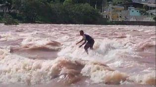 Au Brésil, des surfeurs sur l'eau douce du fleuve Doce (France Info)