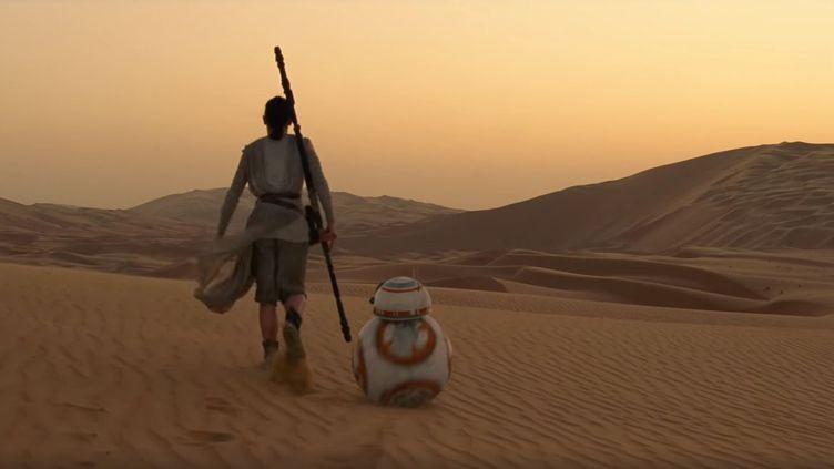"""La jeune Rey, un des personnages principaux de """"Star Wars : le Réveil de la Force"""", et son droïde BB-8, dans la bande-annonce du film. (STAR WARS / YOUTUBE)"""