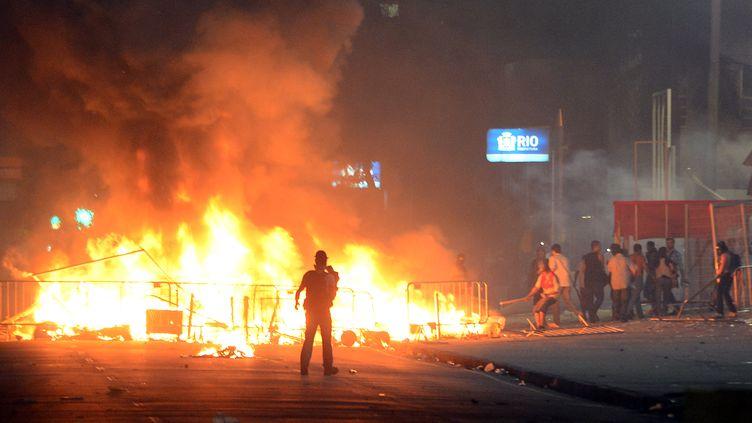 Des manifestants en colère à Rio de Janeiro (Brésil), jeudi 20 juin 2013. (CHRISTOPHE SIMON / AFP)