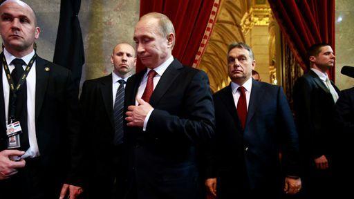 Vladimir Poutine et Viktor Orban au Parlement hongrois le 17 février 2015. (AFP - Anadolu Agency - Arpad Kurucz)