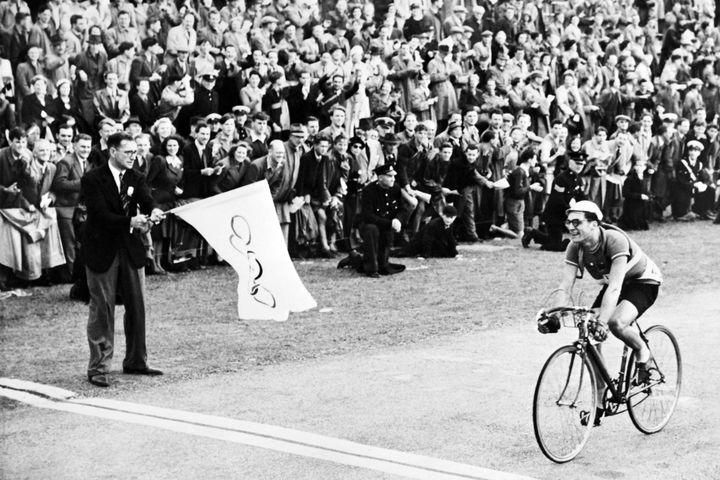 Le moment où José Beyaert a franchi la ligne d'arrivée aux Jeux olympiques de Londres en 1948. (AFP / INTERCONTINENTALE)