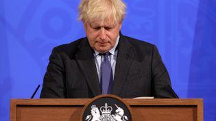 Le Premier ministre Britannique Boris Johnson lors d'une conférence de presse à Londres (Angleterre) le 14 juin 2021. (JONATHAN BUCKMASTER / POOL / AFP)