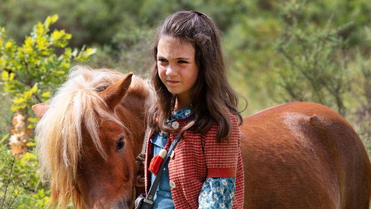 Elisa de Lambert dans le rôle de Cécile, accompagnée de son poney, dans le film Poly de Nicolas Vanier. (Copyright SND)