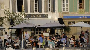 Les touristes sont encore nombreux cet été sur l'île de Ré. Les restaurateurs espèrent que le Covid-19 ne va pas toucher leur établissement alors que le taux d'incidence en Charente-Maritime explose.   (TRIPELON-JARRY / ONLY FRANCE)