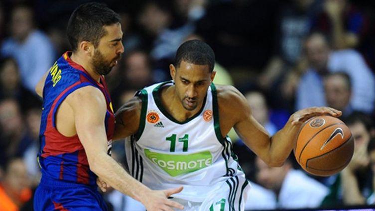 Juan Carlos Navarro (Barcelone) défend sur Drew Nicholas (Panathinaïkos) (LLUIS GENE / AFP)