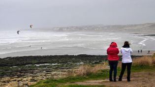 Des kite-surfers défient les vaguesau large de la baie de Wissant (Pas-de-Calais), le 9 février 2020, alors que la tempête Ciara balaie l'Europe occidentale. (DENIS CHARLET / AFP)