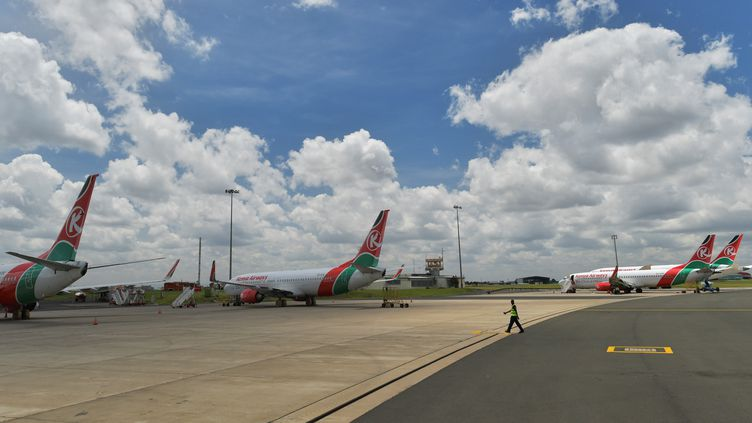 Le 3 avril 2020, les avions de la compagnie Kenya Airways bloqués sur le Tarmac de l'aéroport international de Nairobi. Le Kenya, dont l'économie dépend beaucoup du tourisme, a dû comme les autres pays stopper tous les vols de la compagnie nationale en raison de la pandémie. (TONY KARUMBA / AFP)