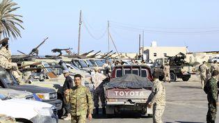 Des militairesdes forces du gouvernement d'union nationale (GNA), à Tajura, dans la banlieue de Tripoli, le 6 avril 2019. (MAHMUD TURKIA / AFP)