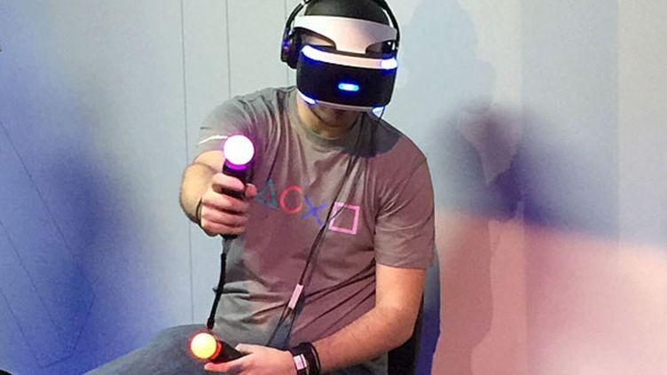 Le casque de réalité virtuelle de Sony Playstation VR présenté lors de la Paris Games Week le 27 octobre 2015. (ELODIE DROUARD / FRANCETV INFO)