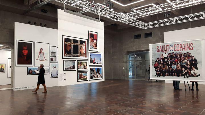 Les portraits sont exposés en très grand format dans le cadreimposant de la gallerie d'expositionde la Grande Arche. (ANNE CHÉPEAU / FRANCE-INFO)