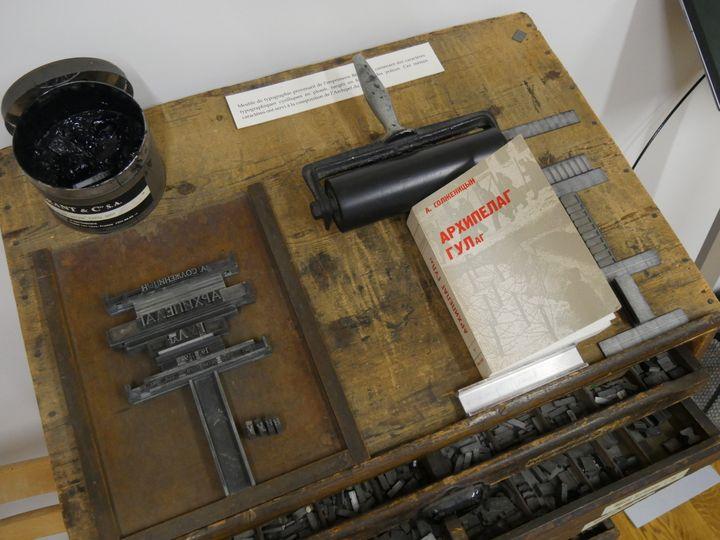 """Le meuble typographique sur lequel a été composé """"L'archipel du Goulag"""", avec un des premiers exemplaires imprimés.  (Laurence Houot / Culturebox)"""