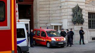 Un véhicule des pompiers quitte la préfecture de police de Paris, le 3 octobre 2019. (GEOFFROY VAN DER HASSELT / AFP)