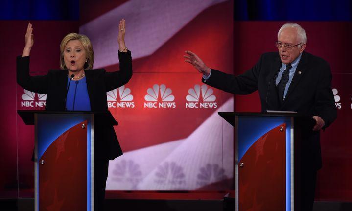 Hillary Clinton et Bernie Sanders, candidats aux primaires démocrates, lors d'un débat télévisé à Charleston (Etats-Unis), le 17 janvier 2016. (TIMOTHY A. CLARY / AFP)