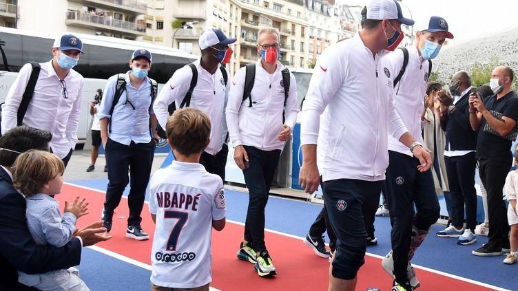 Les joueurs du PSG de retour au Parc des Princes, à Paris, après leur défaite face au Bayern Munich, le 24 août 2020. (ALAIN JOCARD / AFP)