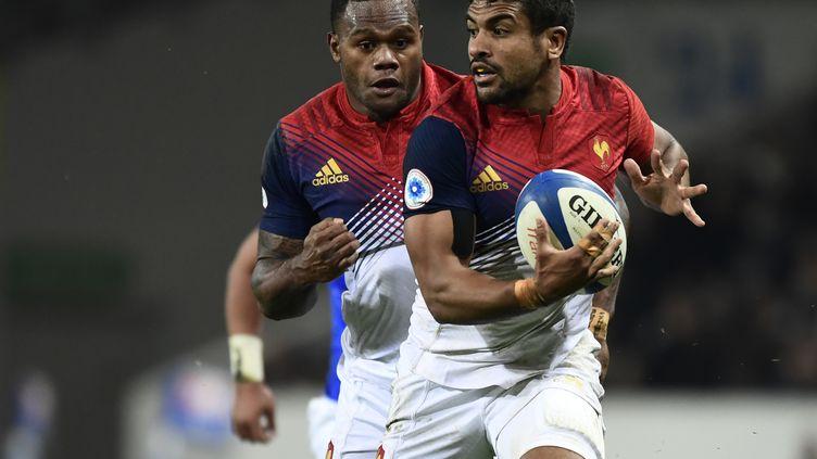 Wesley Fofana avec Virimi Vakatawa en soutien sous le maillot de l'équipe de France (MIGUEL MEDINA / AFP)