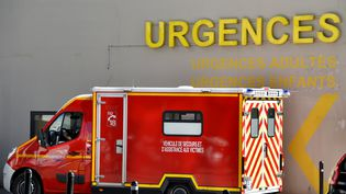 Un camion de pompiers devant le CHU de Nantes (Loire-Atlantique), le 16 mars 2017. (LOIC VENANCE / AFP)