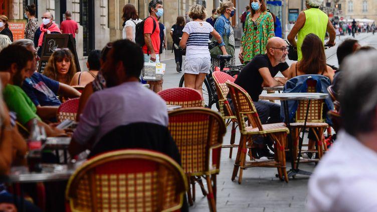 Du monde en terrasse à Bordeaux, mi-septembre, malgré le coronavirus. (CAROLINE BLUMBERG / EPA)