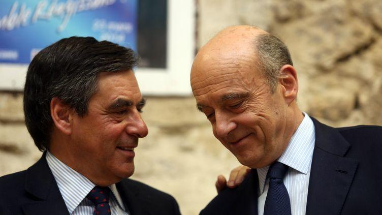 François Fillon (à gauche) et Alain Juppé, le 6 mars 2014 àEysines (Gironde). (NICOLAS TUCAT / AFP)