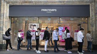 Des clients attendent la réouverture du Printemps Haussmann, le 28 mai 2020, à Paris. (THOMAS SAMSON / AFP)