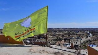 Le drapeau des Forces démocratiques syriennes à Baghouz (Syrie) après la chute du dernier territoire du groupe Etat islamique, le 23 mars 2019. (GIUSEPPE CACACE / AFP)