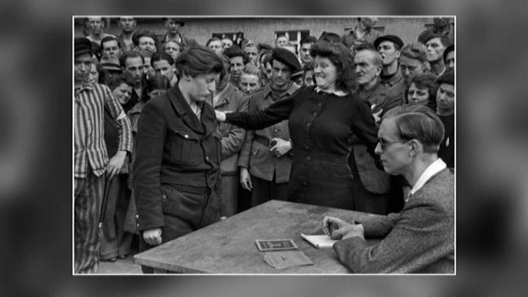 Ce cliché pris en juin 1945 par Henri Cartier Bresson, montre une femme, ex-prisonnière, giflant une autre femme qu'elle a reconnue comme étant la personne qui l'a dénoncée à la Gestapo.  (Henri Cartier-Bresson / capture d'écran)