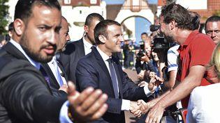 Alexandre Benalla (au premier plan, à gauche), accompagnant Emmanuel Macron au Touquet (Pas-de-Calais) lors du second tour des élections législatives, le 18 juin 2017. (CHRISTOPHE ARCHAMBAULT / AFP)