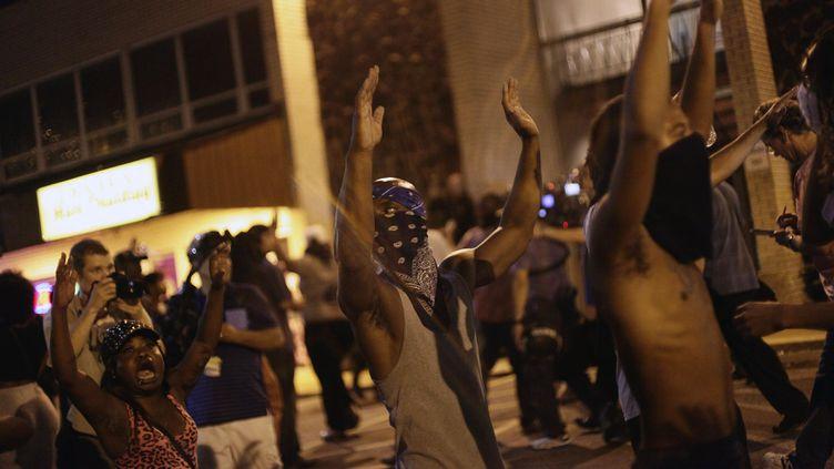 (Des manifestants lèvent les mains pour protester contre le meurtre de Michael Brown, mardi soir à Ferguson. © REUTERS / Joshua Lott)