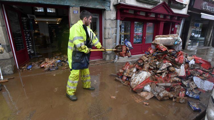 A Morlaix (Finistère), lundi 4 juin 2018, les opérations de nettoyage et de déblaiement, après les inondations de dimanche. (MAXPPP)
